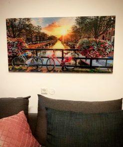 תמונת זכוכית של לקוח מרוצה על גשר באמסטרדם