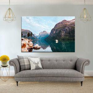 תמונת קנבס סירה לבנה באגם שקט לסלון לעיצוב הבית
