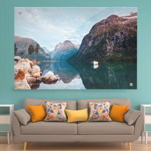 תמונת זכוכית - סירה לבנה באגם שקט לעיצוב הבית על קיר בסלון