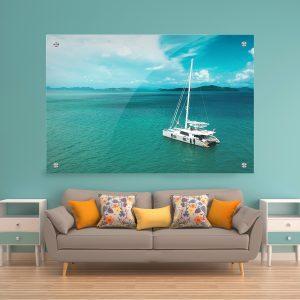 תמונת זכוכית - יאכטה בים הפתוח לעיצוב הבית על קיר בסלון